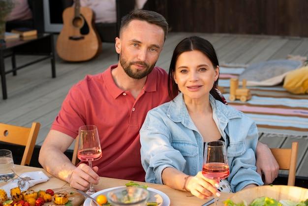 Para ze średnim strzałem trzymająca okulary