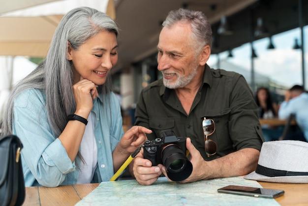 Para ze średnim strzałem z aparatem fotograficznym