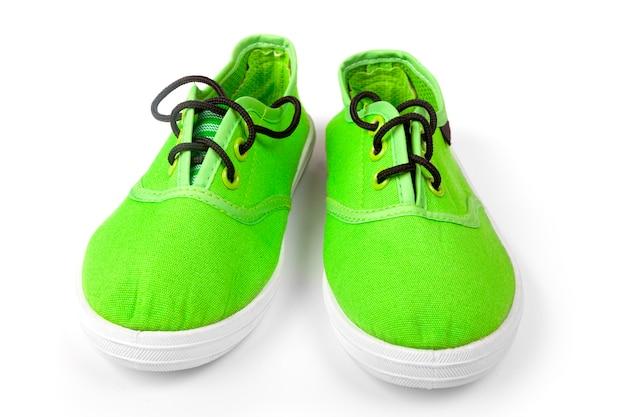 Para zielonych butów obuwia na białym tle