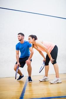 Para zmęczona po grze w squasha