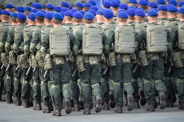 Parada wojskowa, wojsko w mundurze w kolejce