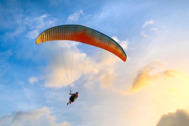 Paraglider strzelisty w niebieskim niebie