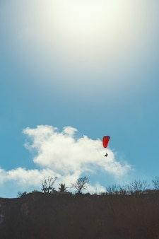 Paralotnia i jasne tło błękitnego nieba
