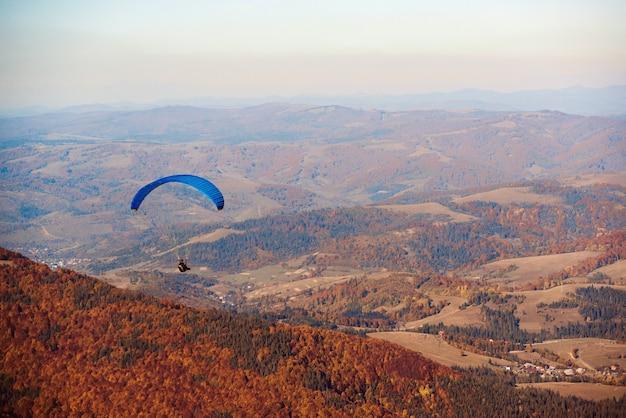Paralotnia latająca nad górami