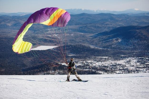 Paralotnia na zaśnieżonej górze