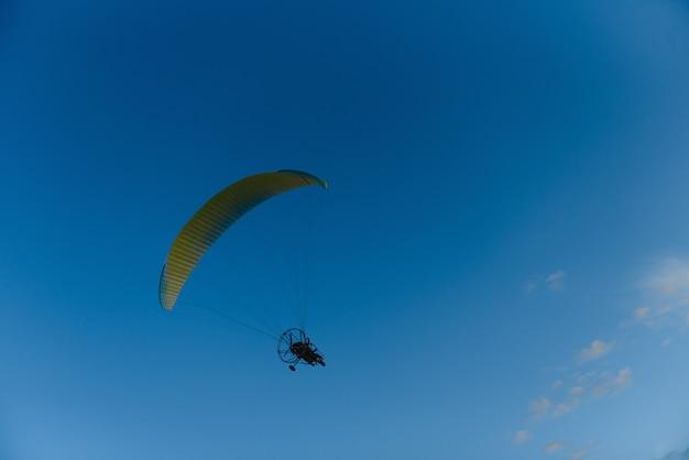 Paralotnia z żółtym spadochronem startującym