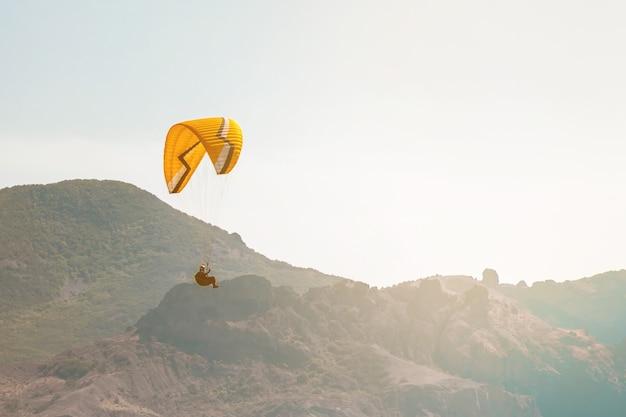 Paralotniarstwo na niebie nad morzem i górami