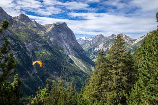 Paralotniarstwo nad górami pralognan w parku narodowym vanoise