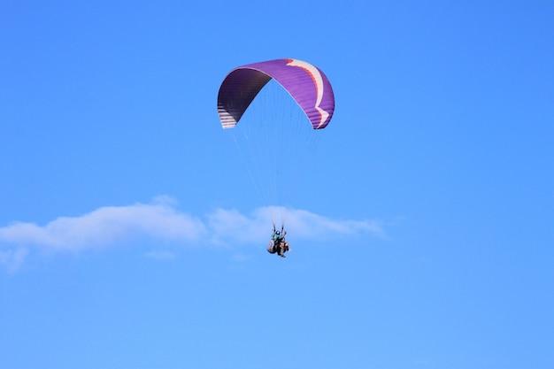 Paralotniarstwo w słoneczny dzień z jasnym niebem