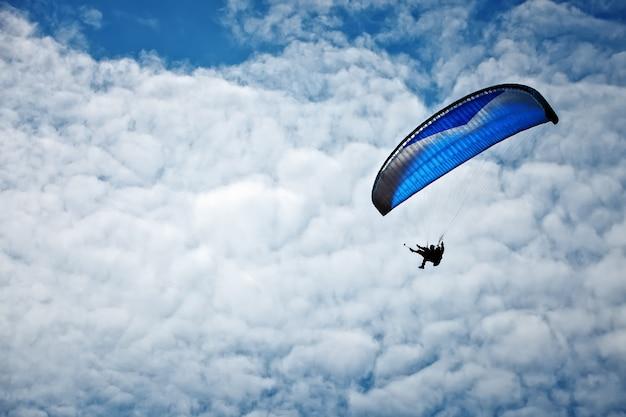 Paralotniarstwo wzdłuż pięknego wybrzeża.