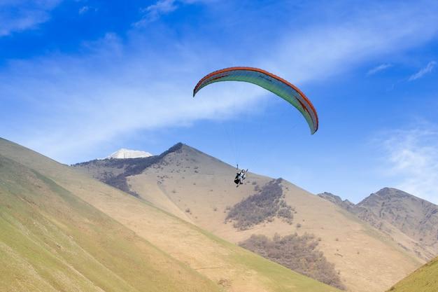 Paralotniarze latają wśród gór