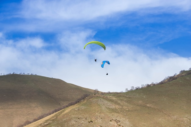 Paralotnie latają wśród gór