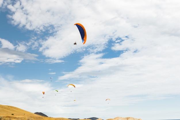 Paraplane latające wysoko w górę