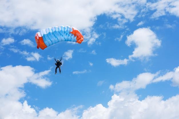 Paraplane w błękitne niebo
