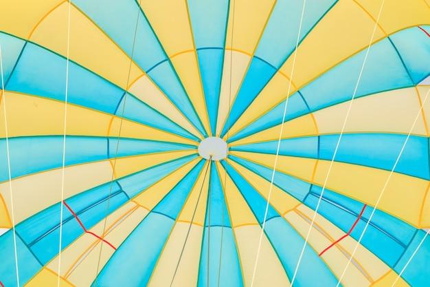 Parasailing, plażowy parasol na nieba tle w phuket, tajlandia
