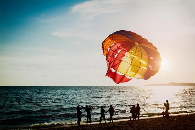 Parasailing przy plażą w pattaya tajlandia