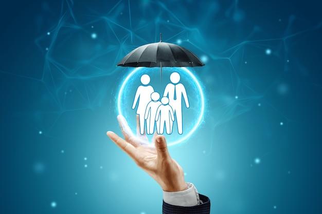 Parasol chroni białe figurki rodzinne. koncepcja ochrony rodziny.