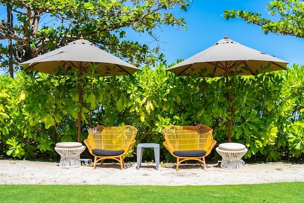 Parasol i krzesło na plaży i morzu z niebieskim niebem