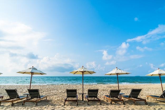 Parasol i krzesło na plaży i morzu
