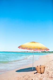 Parasol plażowy w słoneczny dzień z morzem