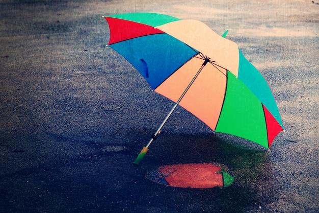 Parasol w deszczowy dzień