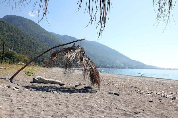 Parasol z baldachimem z suchych liści palmowych na plaży