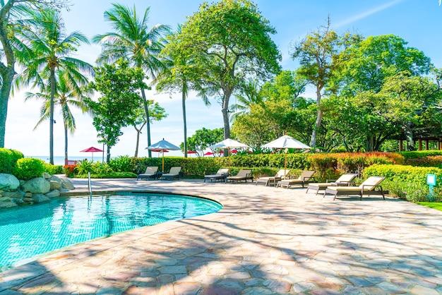 Parasole i leżaki wokół basenu w hotelu?