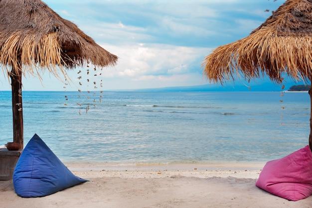 Parasole i worek fasoli nad brzegiem morza