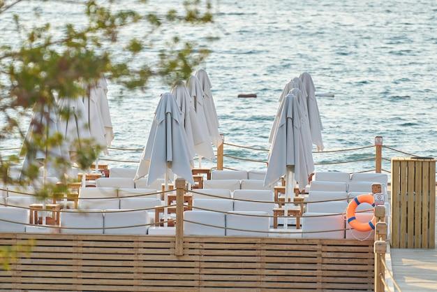 Parasole słoneczne na plaży