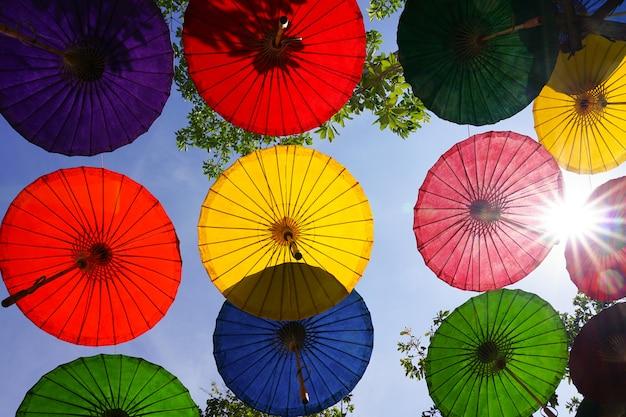 Parasole wielokolorowe wiszące nad głową ochrona światła słonecznego