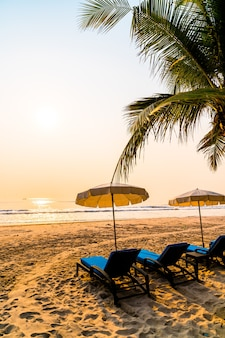 Parasolowa plaża z palmami i plażą morską