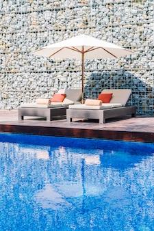 Parasolowy basen i krzesło