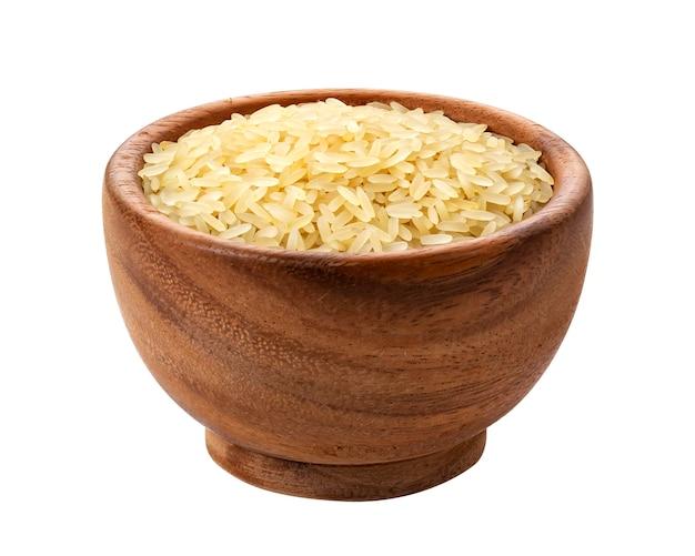 Parboiled ryż w drewnianym pucharze odizolowywającym na bielu