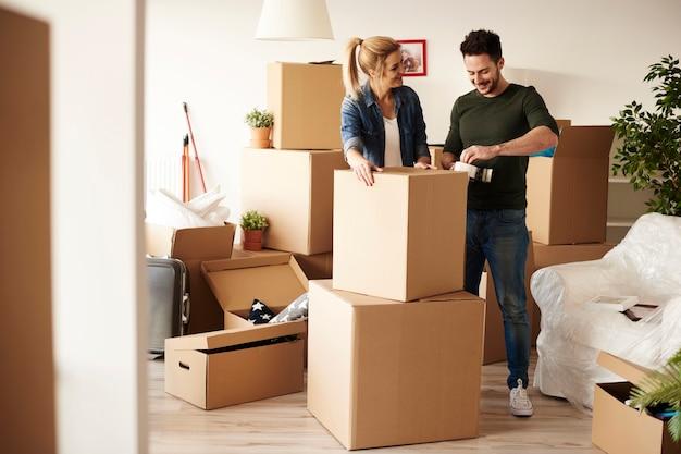 Parę rzeczy do pakowania wśród wielu kartonowych pudeł