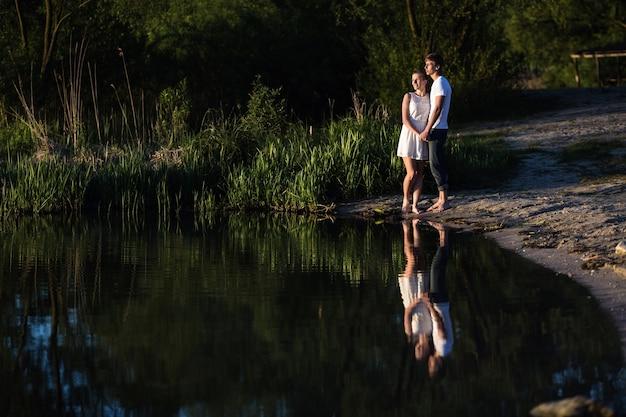 Pareja romantica mirando el lago