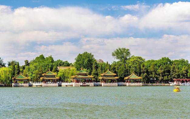 Park beihai z jeziorem - pekin, chiny