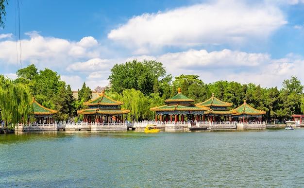 Park Beihai Z Jeziorem - Pekin, Chiny Premium Zdjęcia