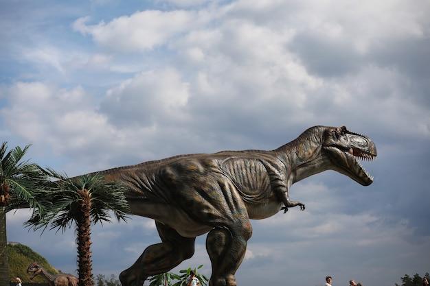 Park dinozaurów. dinozaur na tle przyrody. zabawkowe dinozaury w parku rozrywki.