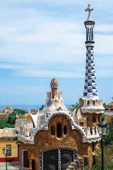 Park guel, budynek o niezwykłym stylu architektonicznym, barcelona w tle, hiszpania