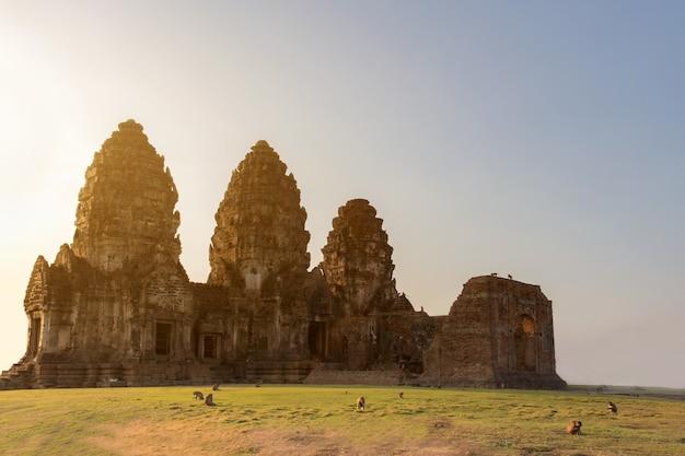 Park historyczny ruiny pałacu z trzema pagodami o nazwie phra prang sam yod, tradycyjne miejsce dla turystów w prowincji lopburi w tajlandii.