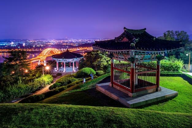 Park i most banghwa nocą, korea