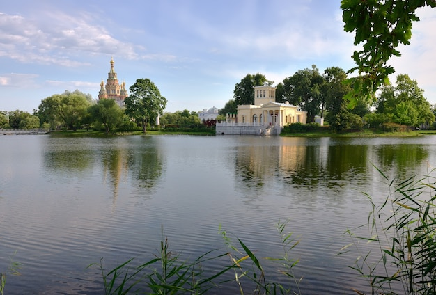 Park kolonistsky w pawilonie carycyńskim peterhof w katedrze w stylu włoskim