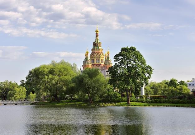 Park koloński w peterhofie katedra świętych piotra i pawła
