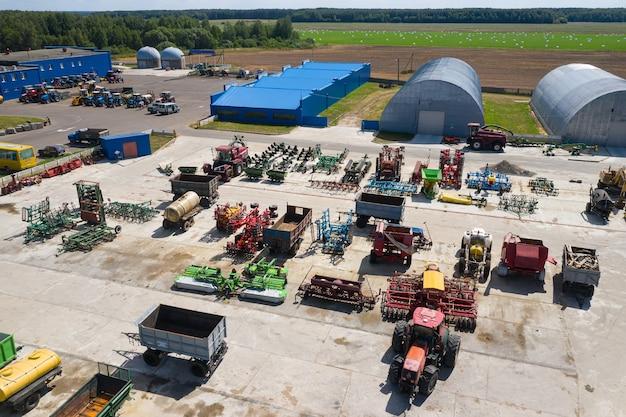 Park maszynowy farmy widok z góry z drona