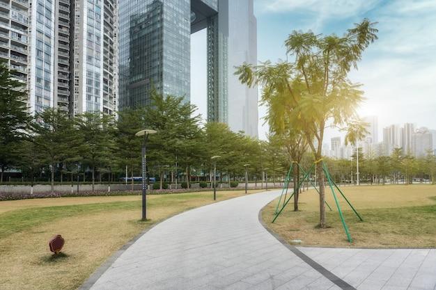 Park miejski i biurowiec o nowoczesnej architekturze