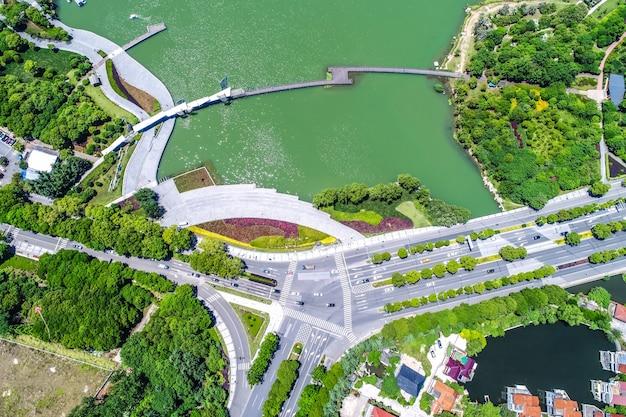 Park miejski z jeziorem