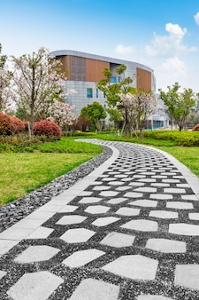 Park miejski z kamykami i trawnikiem