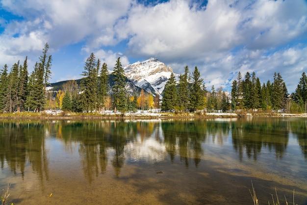 Park narodowy banff piękna naturalna sceneria kaskadowa góra z błękitnym niebem i białymi chmurami