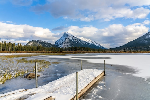 Park narodowy banff piękny krajobraz cynobrowe jeziora zamarznięte w zimie kanadyjskie góry skalne kanada