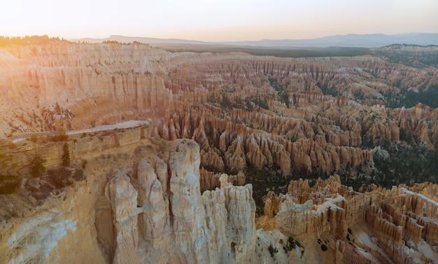 Park narodowy bryce canyon, utah, usa amfiteatr z miejsca inspiracji o wschodzie słońca,